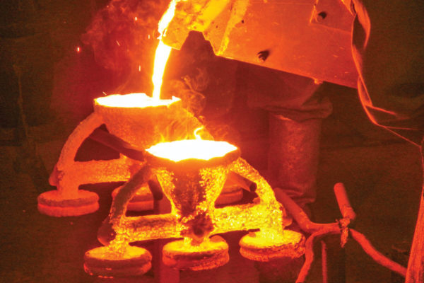The molten steel is poured into the ceramic molds.